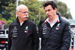 2019年F1第4戦アゼルバイジャンGP ダイムラーCEOのディーター・ツェッチェ氏(左)、メルセデスF1代表のトト・ウォルフ(右)