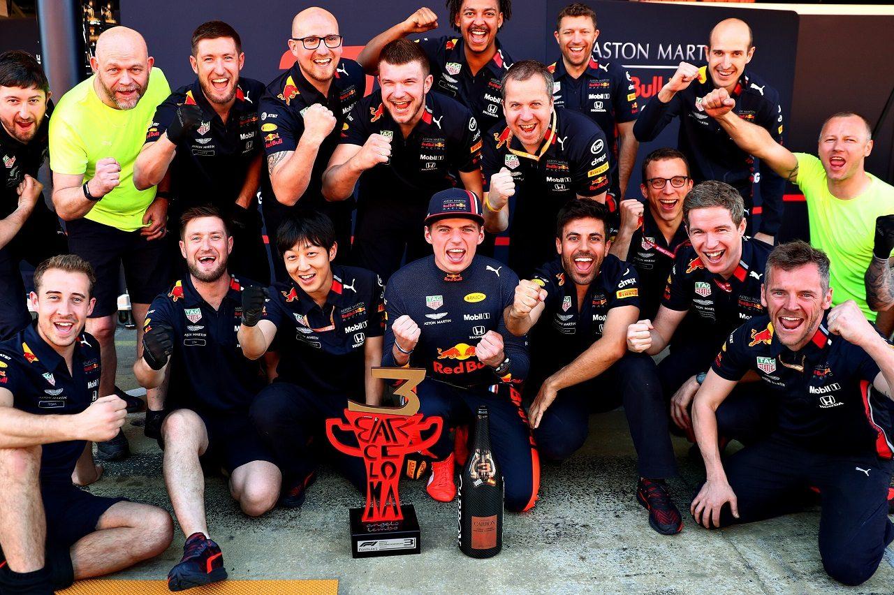 2019年F1第5戦スペインGP チームスタッフと3位表彰台を祝うマックス・フェルスタッペン(レッドブル・ホンダ)