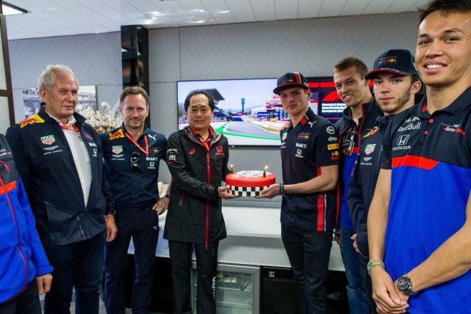 2019年F1第5戦スペインGP レッドブルとトロロッソがホンダ田辺TDの誕生日を祝う