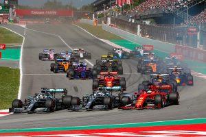 F1   オープニングラップの3者並走の名勝負、バルセロナテスト時の勢いを失ったフェラーリ【今宮純のF1スペインGP分析】