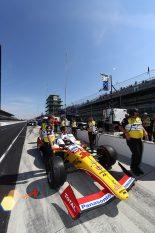 黄色と赤のカラーリングでインディ500の走行に挑む佐藤琢磨