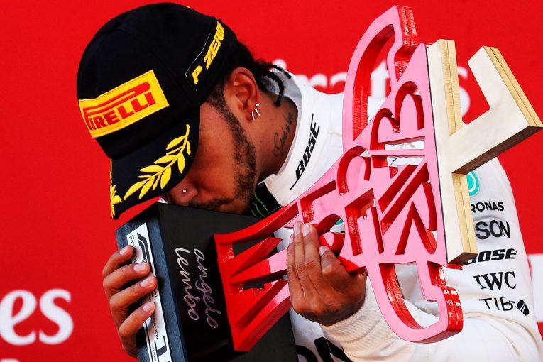 F1 | ハミルトン、F1スペインGPの勝利を闘病中の少年に捧げる。レース後にチームからのサプライズも