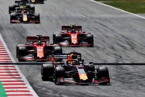 F1   【F1スペインGP無線レビュー】「ブーストボタンを使え!」フェルスタッペン、セーフティカーを味方にフェラーリを抑え込む