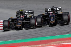 F1 | 接触しながらチームメイトバトルをするハースの2台