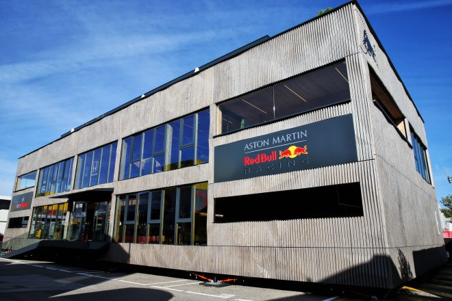 """F1   SNS特集F1スペインGP:レッドブルの新モーターホーム""""ホルツハウス""""内部を疑似体験。ネイマールやマルケスなど豪華ゲストが来場"""