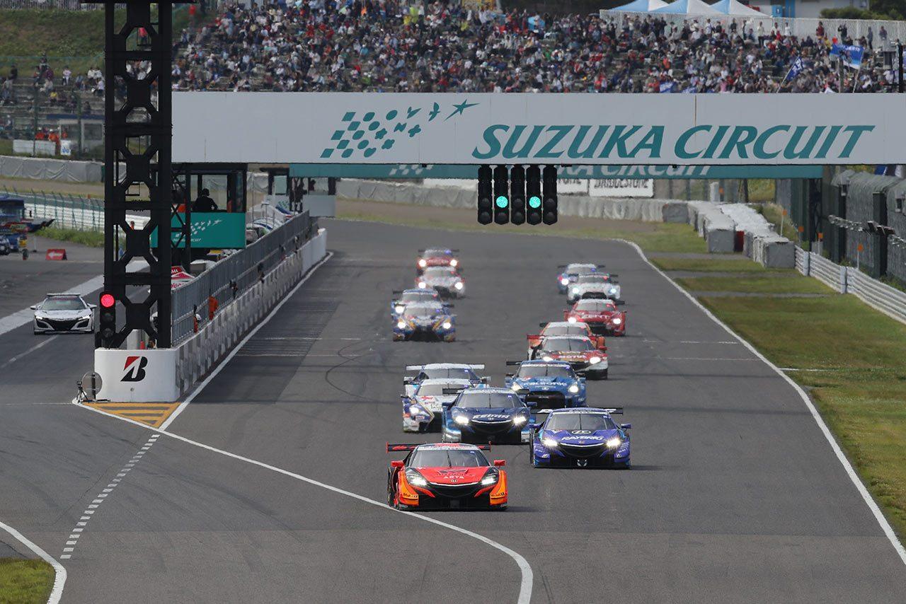 2018年に行われたスーパーGT第3戦鈴鹿、レーススタートの場面