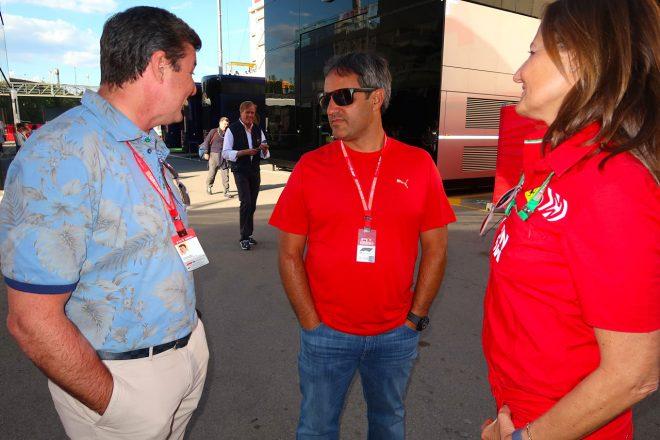 2019年F1第5戦スペインGP ファン・パブロ・モントーヤ(中央)と談笑するマーク・ブランデル(左)