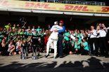 2017年F1アメリカGP メルセデスチームと勝利を祝うニキ・ラウダ