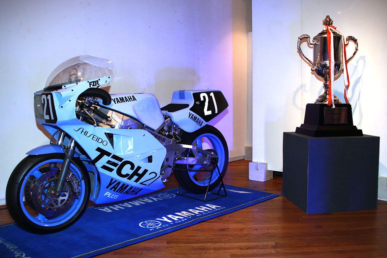 会場にはテック21カラーのヤマハYZR750も展示された。