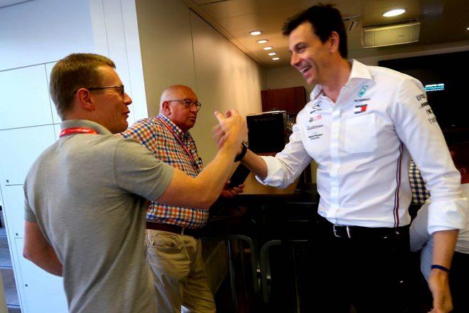メルセデスのエンジン責任者を務めるアンディ・コーウェルと5連勝を喜ぶトト・ウォルフ