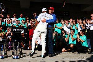 2017年F1アメリカGP優勝を喜ぶラウダとハミルトン(メルセデス)