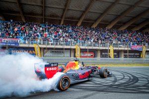 F1   【ギャラリー】フェルスタッペン、母国のファンの前でドーナツターンを披露。レッドブル・ホンダがオランダでデモラン