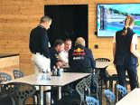 クリスチャン・ホーナー代表とヘルムート・マルコと話し合いをするヨス・フェルスタッペン
