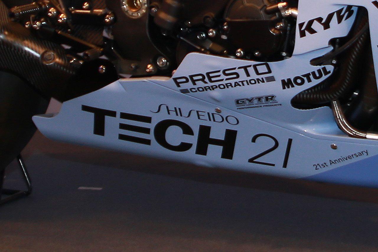 アンダーカウルに掲げられた資生堂とテック21のロゴ