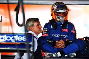 F1 | 2019年F1第6戦モナコGP木曜 ガレージで待機するカルロス・サインツJr.(マクラーレン)と父