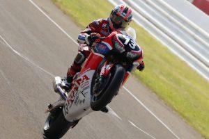 MotoGP | ウイリーを決めてフィニッシュする高橋巧(Team HRC)