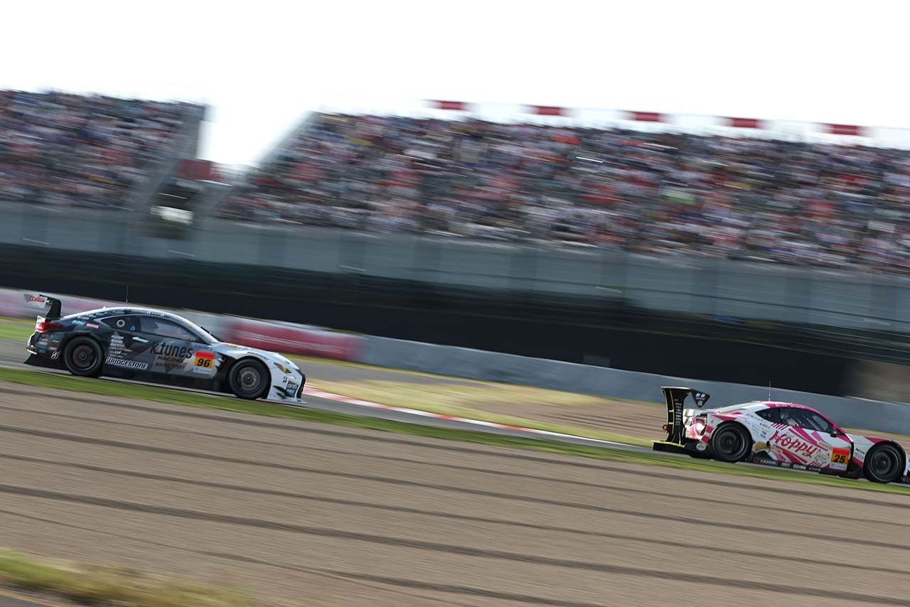 レース終盤、HOPPY 86 MCの背後にはK-tunes RC F GT3が迫る