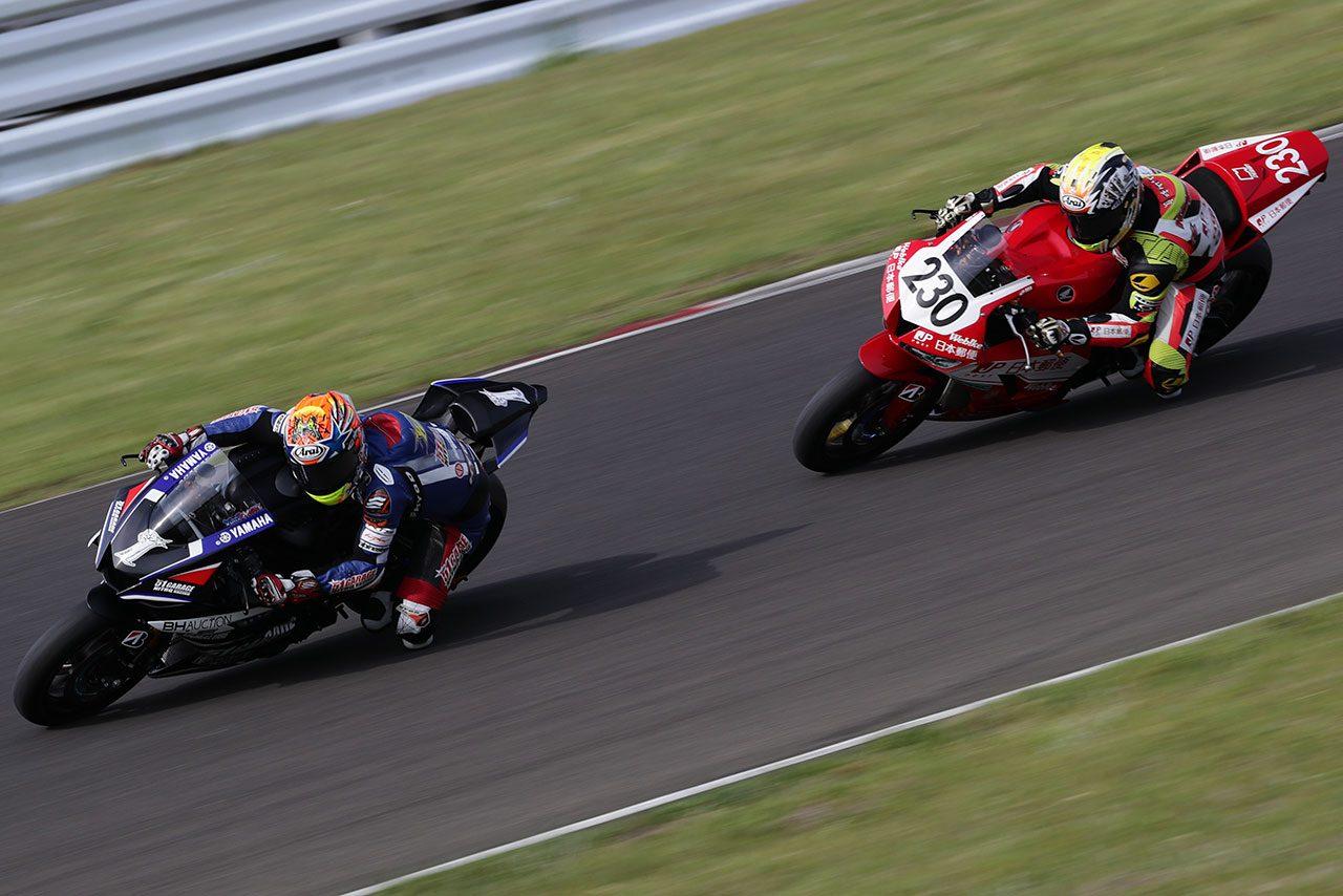 最終周での岡本裕生(51ガレージ ニトロレーシング)と小山知良(日本郵便 HondaDream TP)のバトル