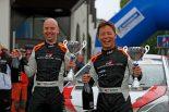 優勝した勝田貴元(右)とコドライバーのダニエル・バリット(左)
