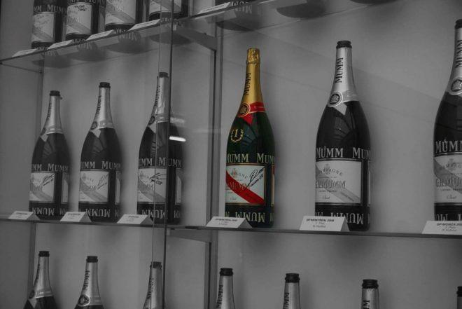 ヒンウィルの拠点に保管されたシャンパンボトルのレプリカ