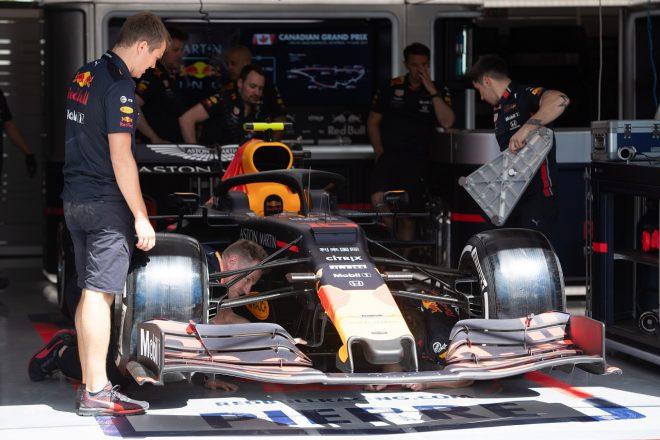 2019年F1第7戦カナダGP木曜 ピエール・ガスリー(レッドブル・ホンダ)のマシンの準備を進めるメカニックたち