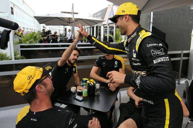 2019年F1第7戦カナダGP 予選4番手獲得をチームと喜ぶダニエル・リカルド(ルノー)