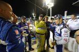 レース後、クルーに励まされる佐藤琢磨