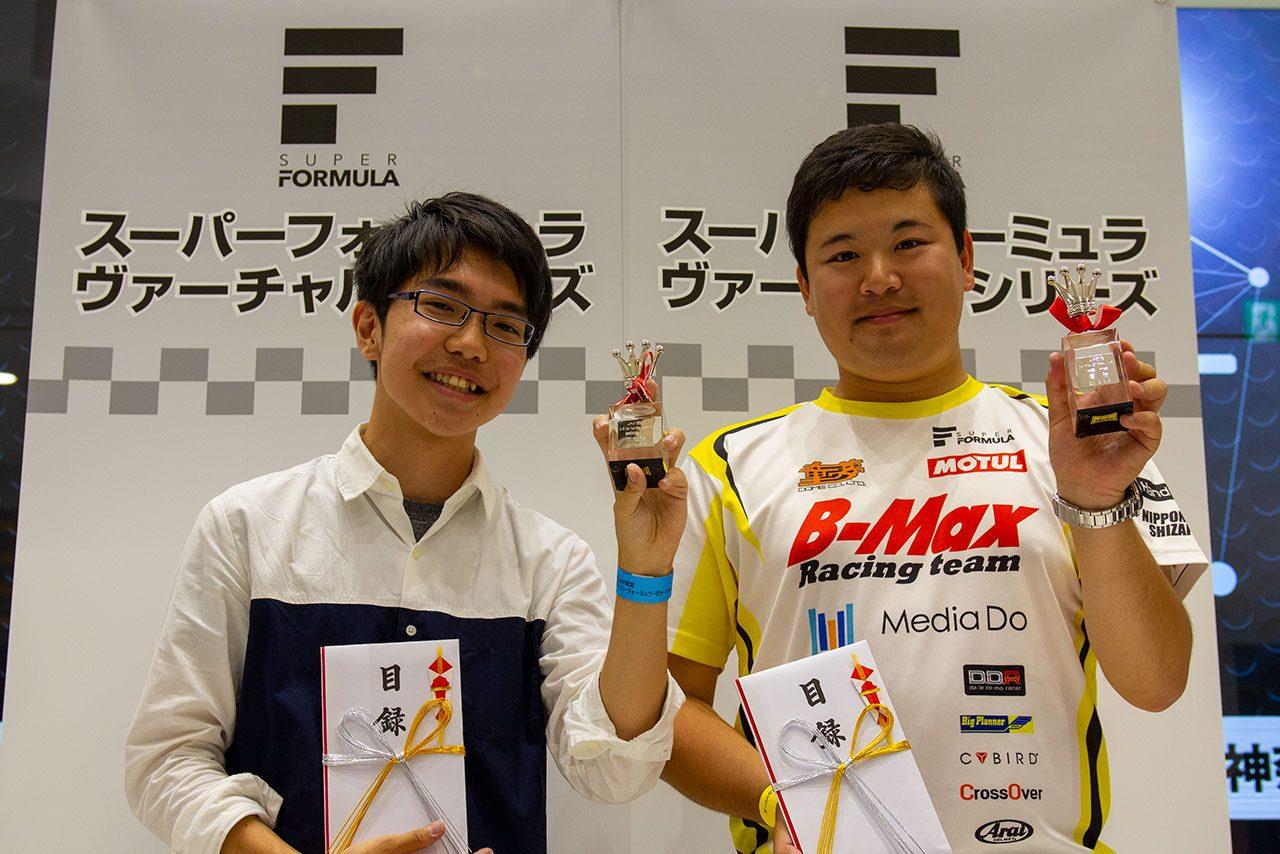 スーパーフォーミュラ・ヴァーチャルシリーズ第1大会で優勝したカルソニック選手(右)と2位のりおねる選手(左)