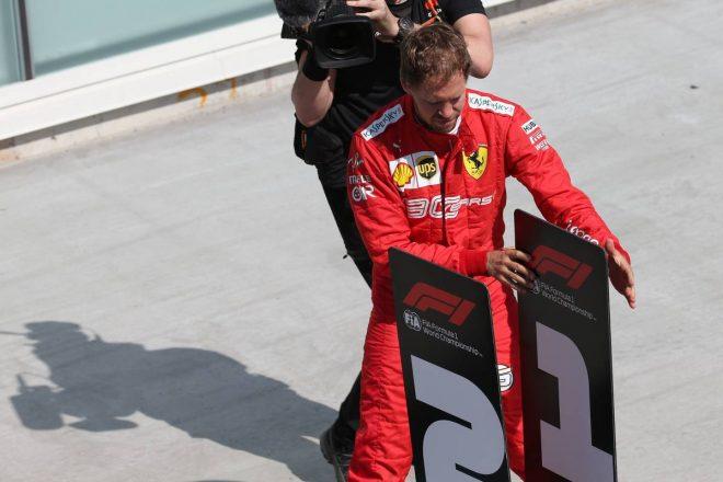 2019年F1第7戦カナダGP 1位のボードを入れ替え抗議するセバスチャン・ベッテル