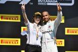 2019年F1第7戦カナダGP ルイス・ハミルトンがメルセデスチームの仲間と勝利の喜びを分かち合う