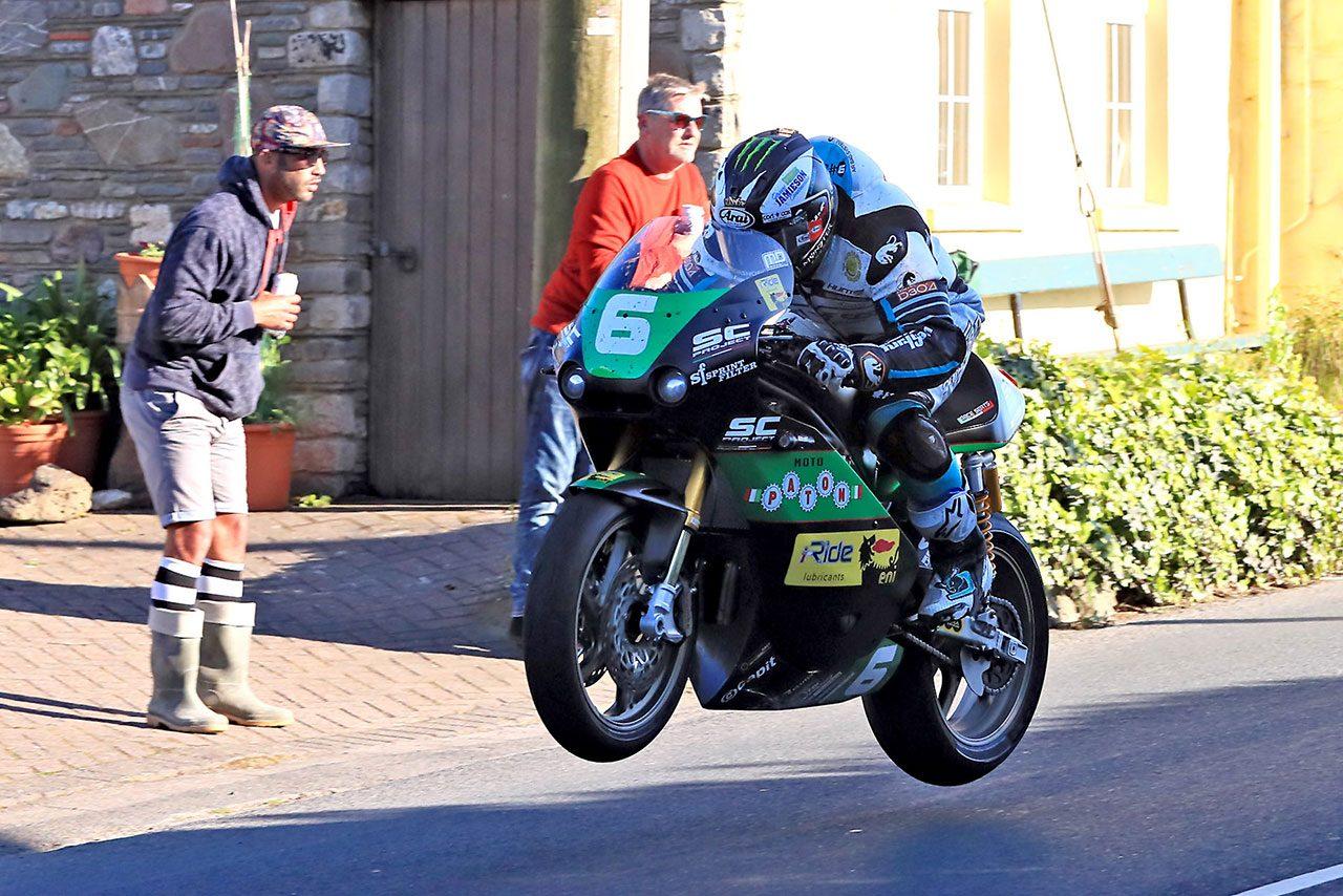 マン島TTのシニアクラスでカワサキが44年ぶりの優勝。ピーター・ヒックマンは3クラス制覇