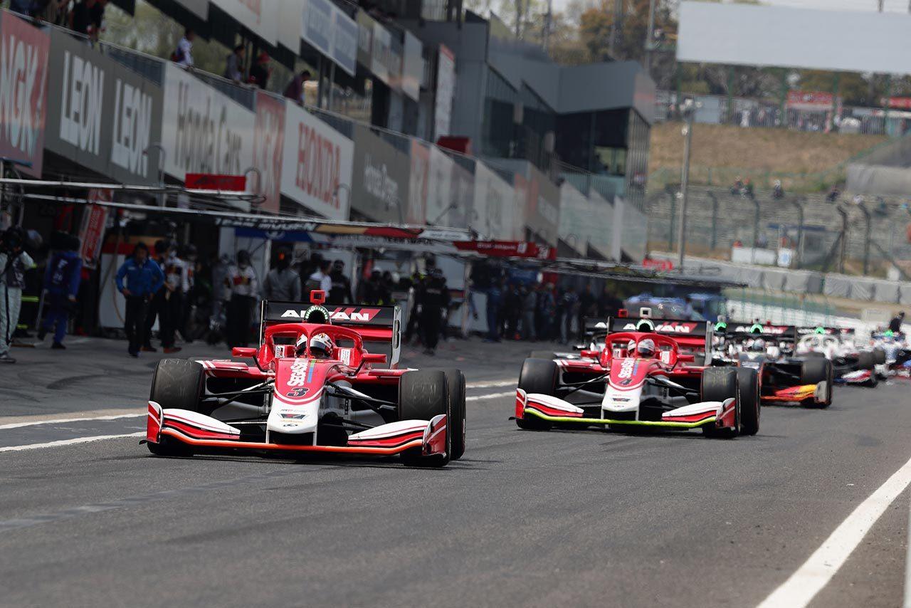 第1戦鈴鹿で行われた公式予選の様子。ほぼ全車が一斉にコースインしていく