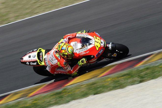 2011年にドゥカティのマシンでムジェロを走るバレンティーノ・ロッシ