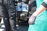 ルイス・ハミルトンのマシンを修復するメカニックたち