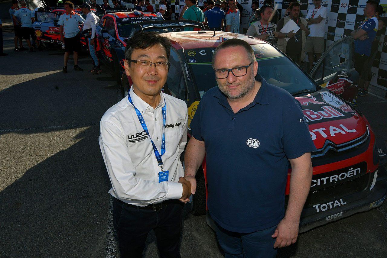FIAラリー・ディレクターのイブ・マトン(右)と握手を交わすRally Japan運営事務局長の高橋浩司氏(左)