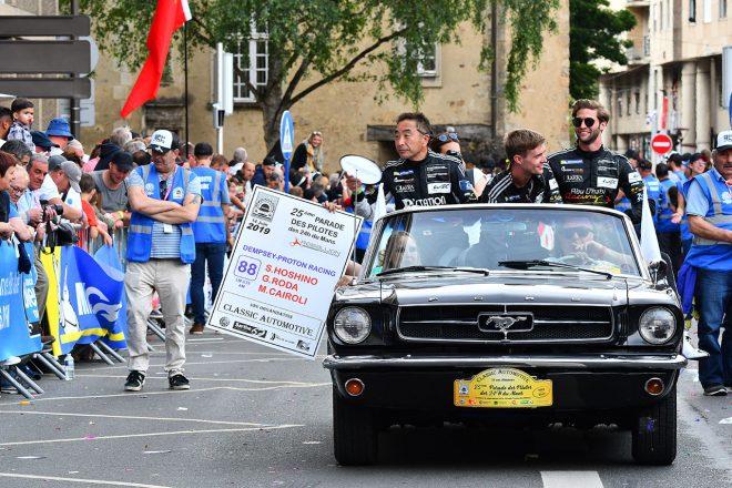 ル・マン24時間のドライバーズパレードに参加したデンプシー・プロトン・レーシングの星野敏