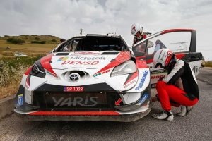 ラリー/WRC | マシンを横転させ、フロントウインドウを失ったヤリ-マティ・ラトバラのトヨタ・ヤリスWRC
