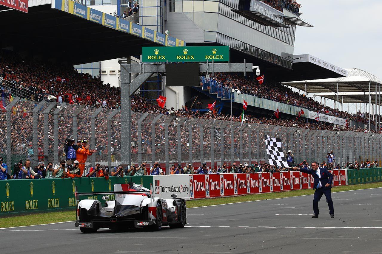 ル・マン24時間は残り1時間でまさかの逆転劇。一貴組8号車トヨタが連覇。7号車は一瞬のタイヤトラブルに泣く
