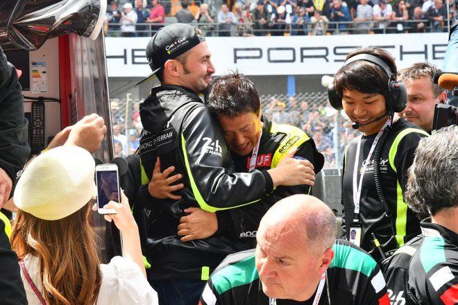 見事初挑戦ながらチェッカーを受け、ケイ・コッツォリーノと涙の抱擁をかわす木村武史