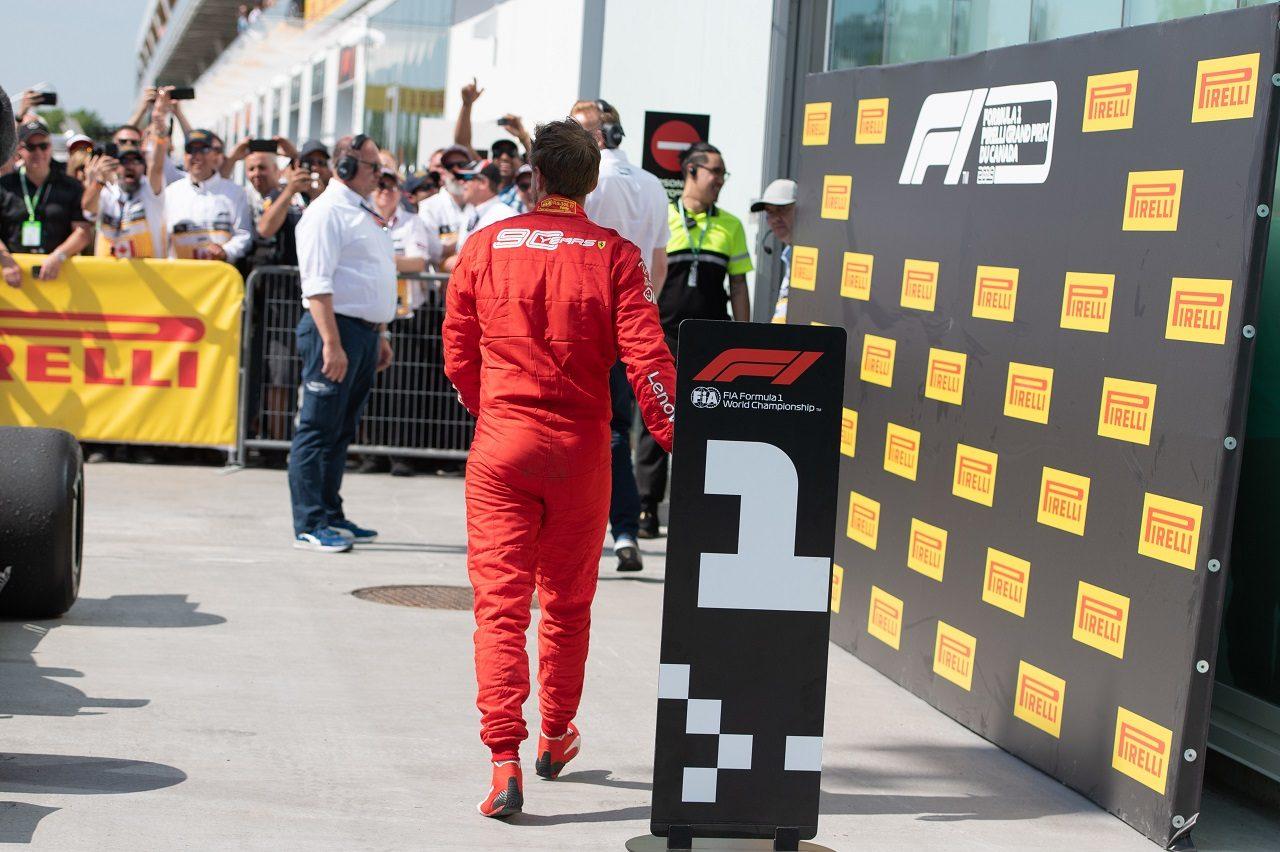 2019年F1第7戦カナダGP ペナルティで勝利を失ったセバスチャン・ベッテル(フェラーリ)が、マシンの順位ボードを入れ替え