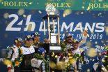 巨大トロフィーを掲げるTOYOTA GAZOO Racingのドライバーたち