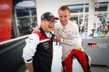ラリー/WRC | クリス・ミークと笑顔でコミュニケーションをとる豊田章男チーム総代表