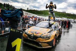 ラリー/WRC | レースでトップチェッカーを受けたアントン・マークルンド(ルノー・メガーヌRS RX)