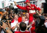 2002年F1フランスGPでタイトルを獲得し、チームと喜びを分かち合うミハエル・シューマッハー(フェラーリ)