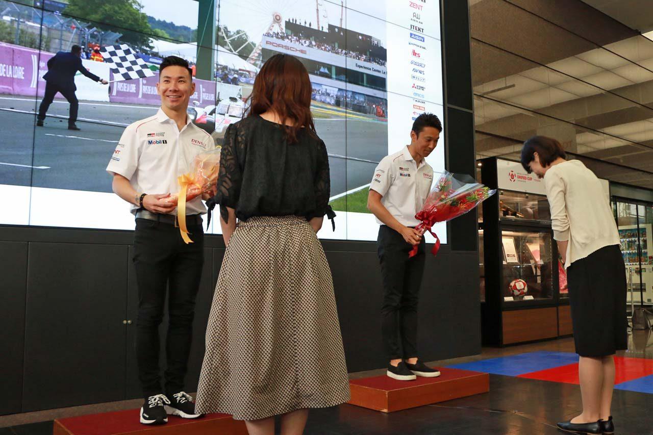 報告会終了後、中嶋一貴と小林可夢偉にはトヨタ社員から花束が贈られた