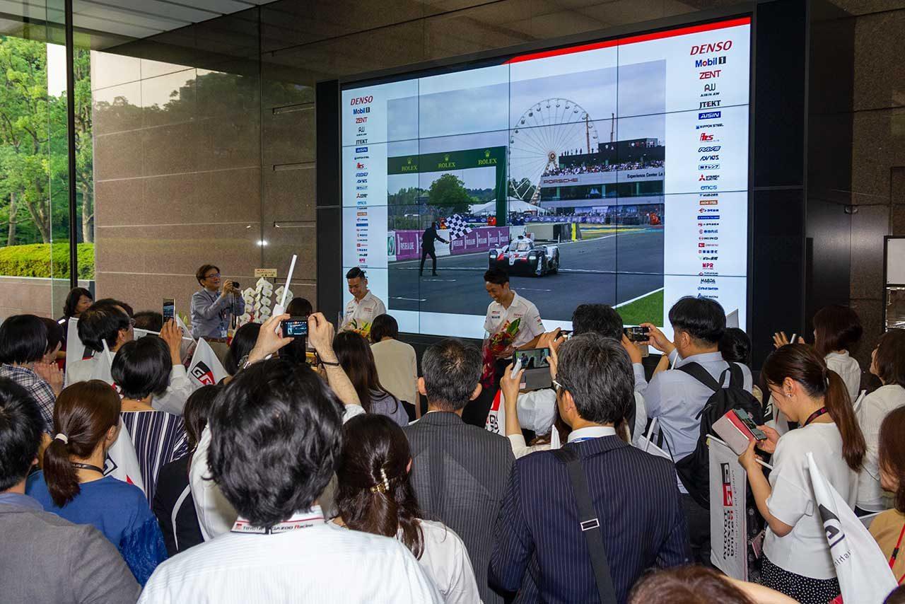 トヨタの社員向けに行われた報告会。多くの社員が一貴と可夢偉の活躍を祝っていた