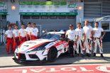 『Supra is Back』のTシャツを着て写真に収まるTOYOTA GAZOO Racingのドライバーたち