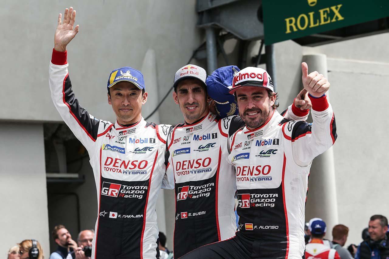 2018/19年のWECで8号車トヨタTS050ハイブリッドをドライブした中嶋一貴(左)とセバスチャン・ブエミ(中央)、フェルナンド・アロンソ(右)