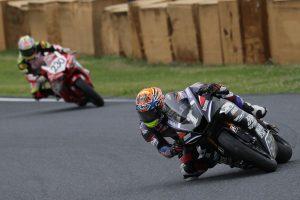 MotoGP | 逃げる岡本を小山が追う展開に
