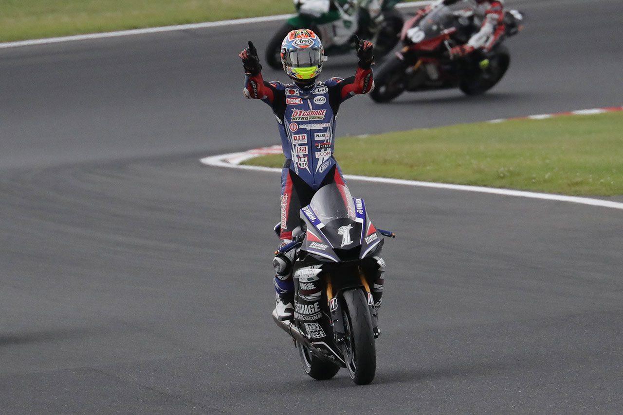 小山から逃げ切り今シーズン2勝目を挙げた岡本裕生(51ガレージニトロレーシング)